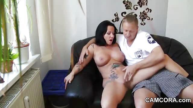 Verrückte Milf Hat Tittensex Auf Der Couch