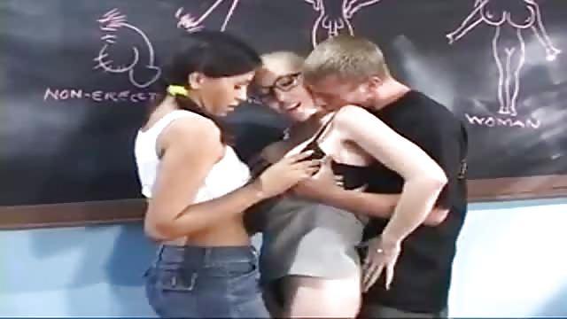Reife Lehrerin Bringt Ihren Schülern Guten Sex Bei