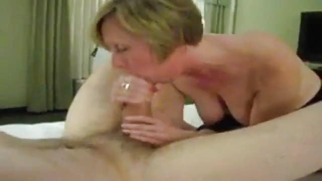Milf Mit Schönen Titten Gibt Tollen Blowjob