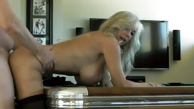Blonde Schlampe gibt ihm den Nylon Blowjob