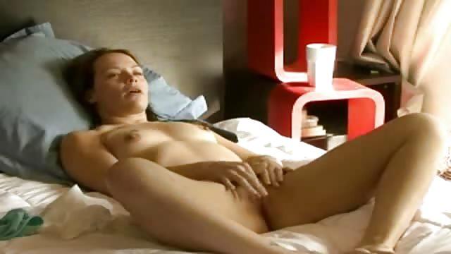 amateur fingers herself a orgasm